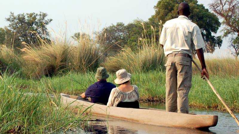 Att glida fram i en traditionell mokoro-kanot på Okawangodeltats vatten är en säregen upplevelse.