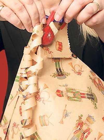 5. Tejpa fast dina krulliga papperssnören och fäst etiketten med en fin klädnypa. Klart!