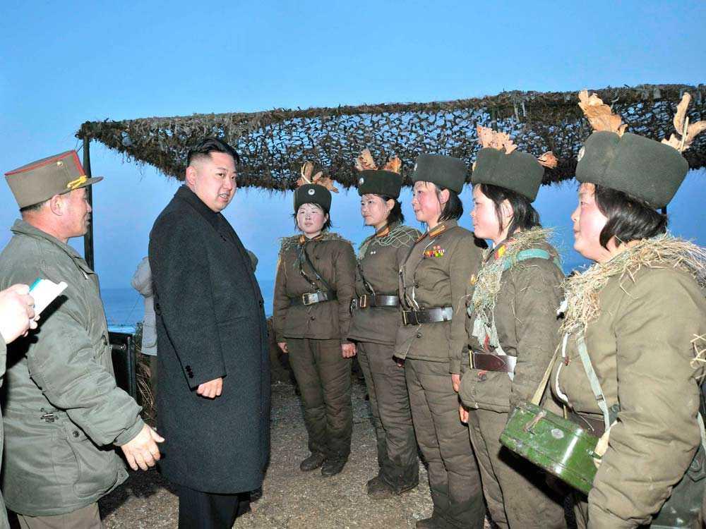 Kim hälsar på soldater.