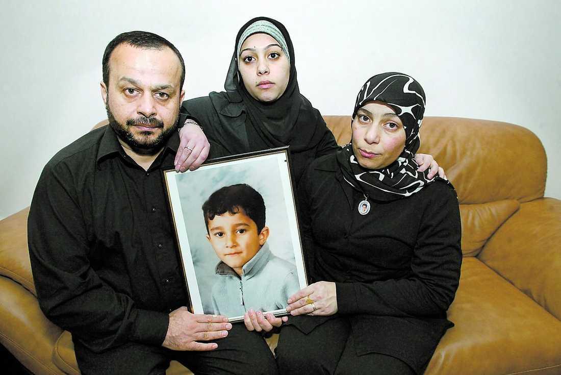 blev bara 8 år Hussein och Zainab Ammouri har utlyst en belöning till den som hittar sonen Mohammeds mördare. I mitten Mohammeds syster Alya.