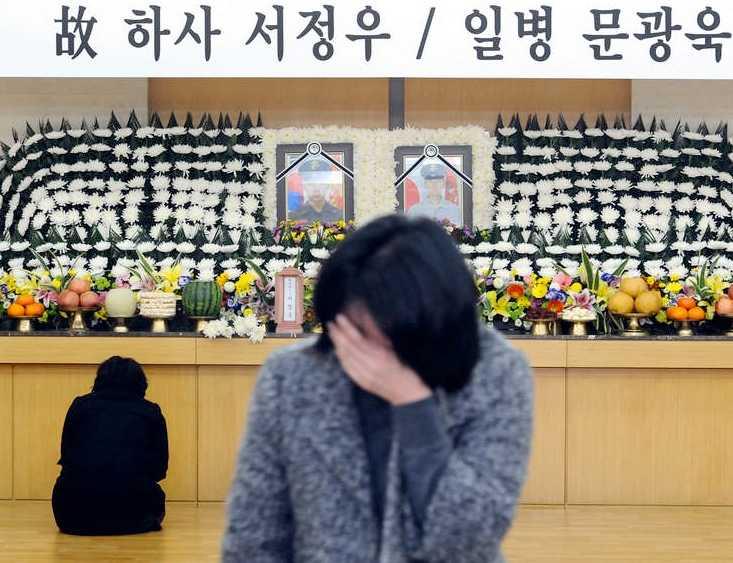 En anhörig till en av de dödade sydkoreanska soldaterna sörjer.