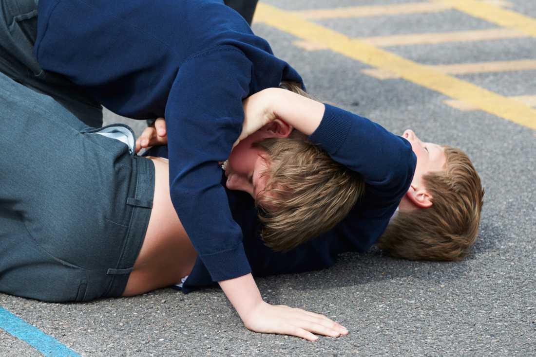 Genrebild på pojkar i slagsmål.