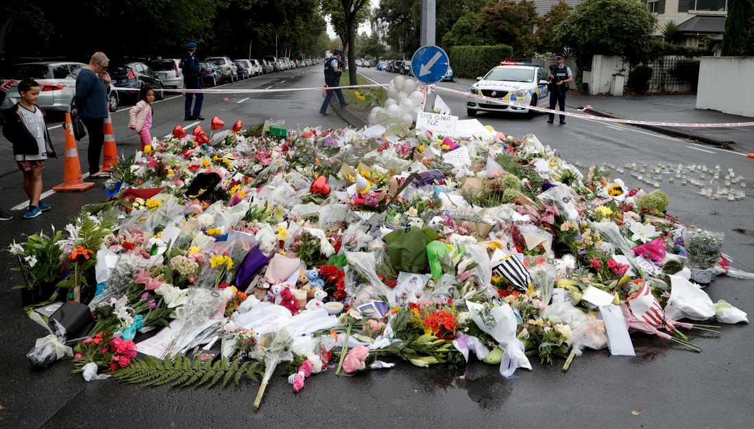 Högarna med blombuketter växer i närheten av al Noor-moskén i Christchurch.