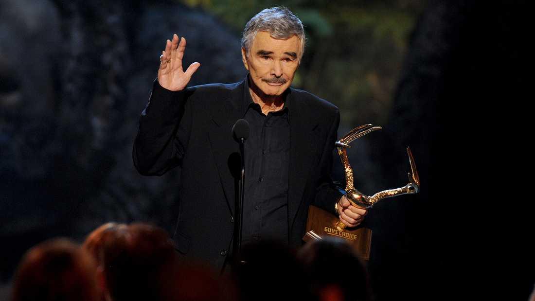 Burt Reynolds tar emot pris på Spike TV's Guys Choice Awards 2013.