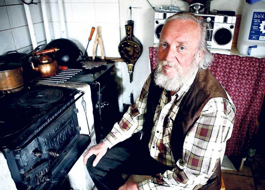 strömlös Kent Broberg, 70, föreslog en betalningsplan för sin elräkning, men det är tvärstopp från elbolaget.
