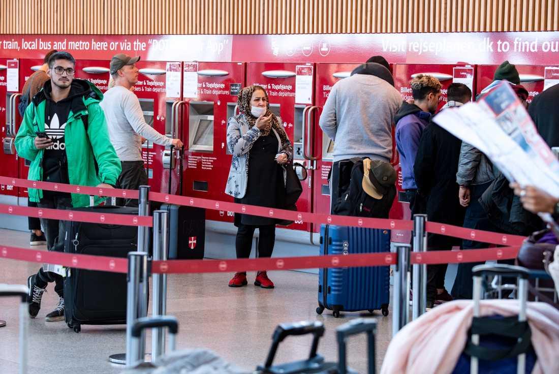 Passagerare med och utan munskydd vid automaterna vidKastrups flygplats. Arkivbild.