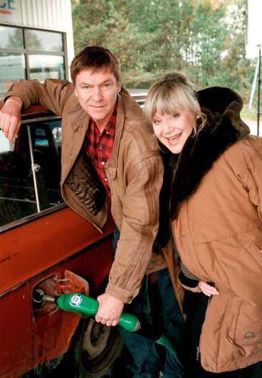 """BENSINMACKSÄGAREN Carl-Ivar Nilsson som Willy Strid, här med hustrun Lena (Christina Stenius) i """"Hem till byn""""."""