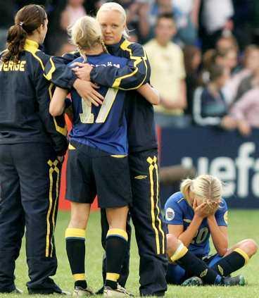 DEPPIGT Svenskorna gjorde sin bästa match under EM, men det slutade ändå med depp och tårar.