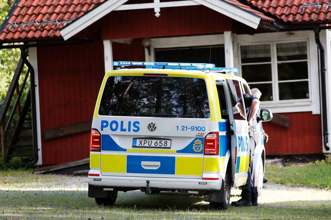 Polisen har upprättat en ledningscentral i en byggnad som ligger i anslutning till sökområdet.
