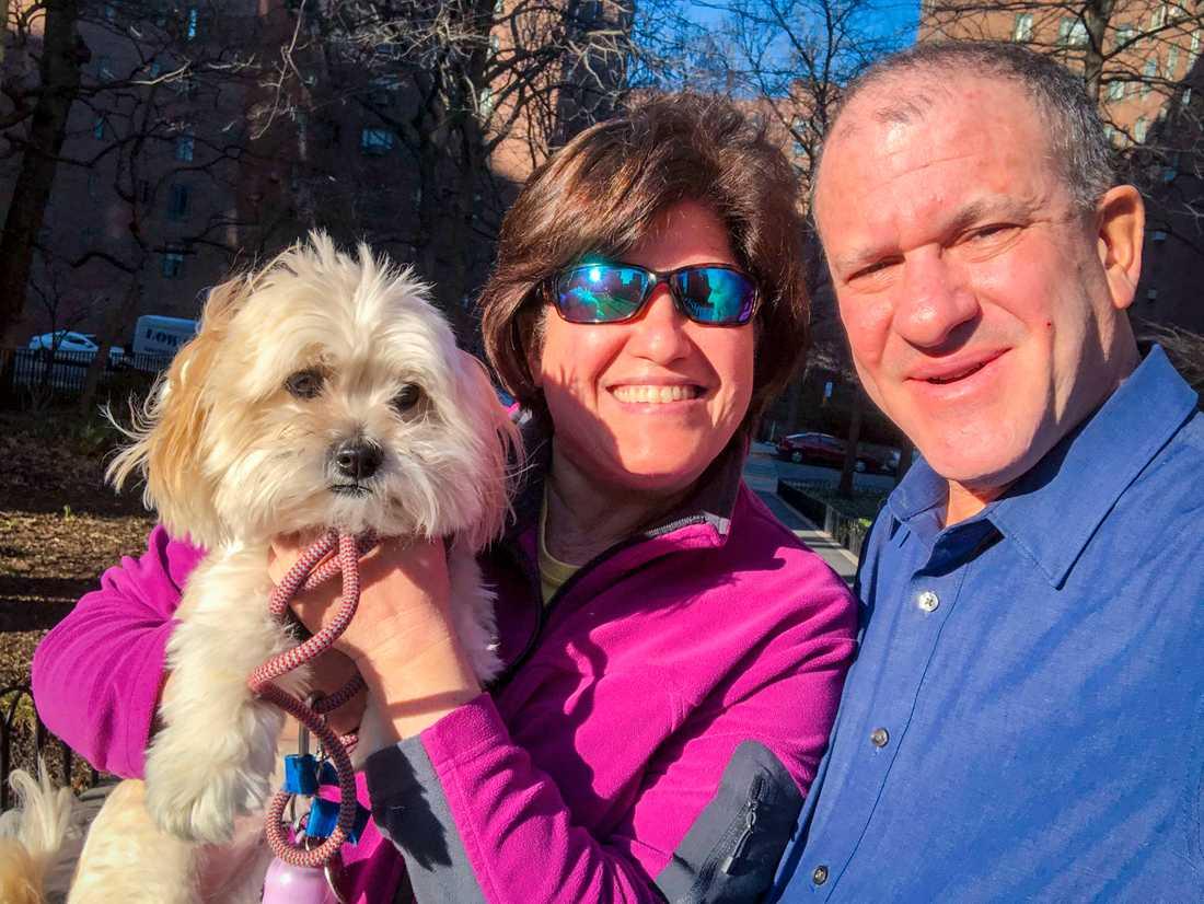 Sportskribenten Allan Kreda, hans fru Claudia Kreda, som är IT-analytiker, och parets hund Sundae håller sig i virustider mest hemma i bostaden i New York.