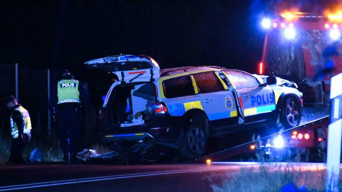 Föraren av polisbilen avled till följd av sina skador. Anhöriga har underrättats.
