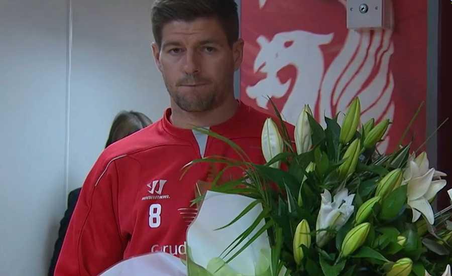 Liverpools lagkapten Steven Gerrard överräckte blommor till Queens Park Rangers.