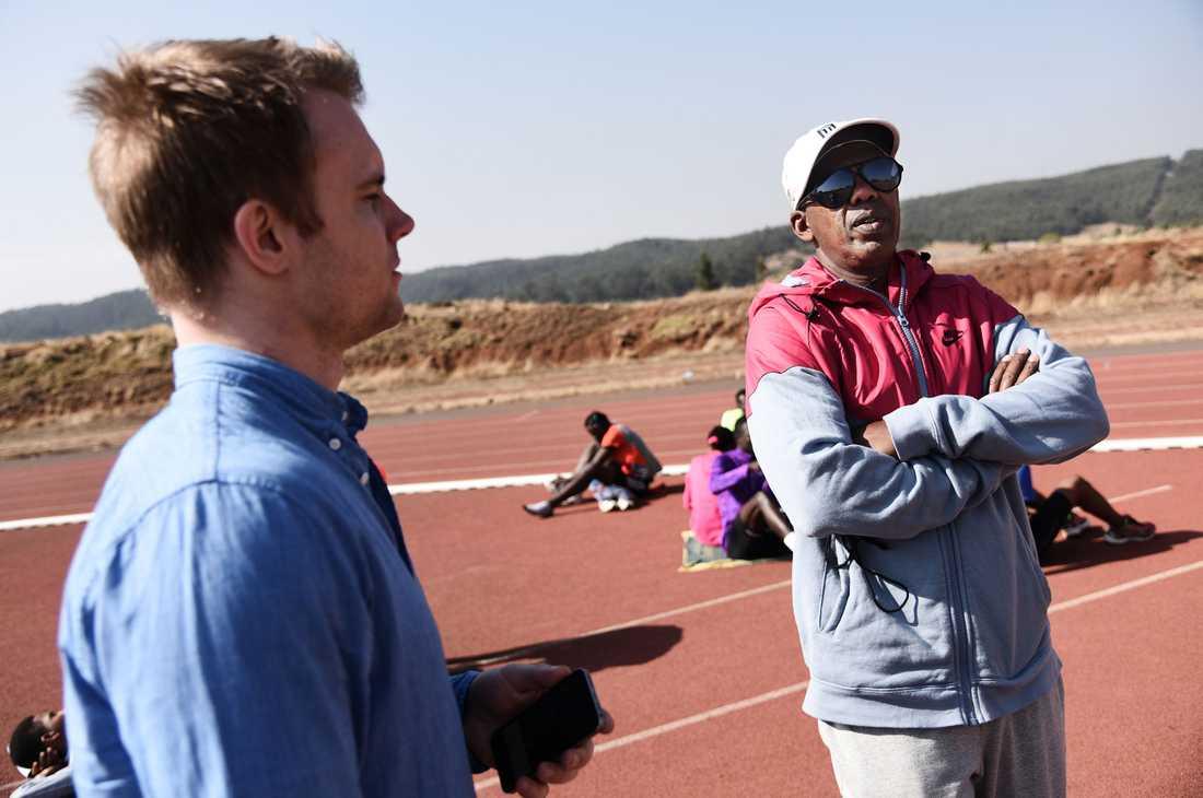 Jama Aden, tränare för bland andra Genzebe Dibaba. Här tillsammans med Sportbladets reporter, Erik Karlsson.