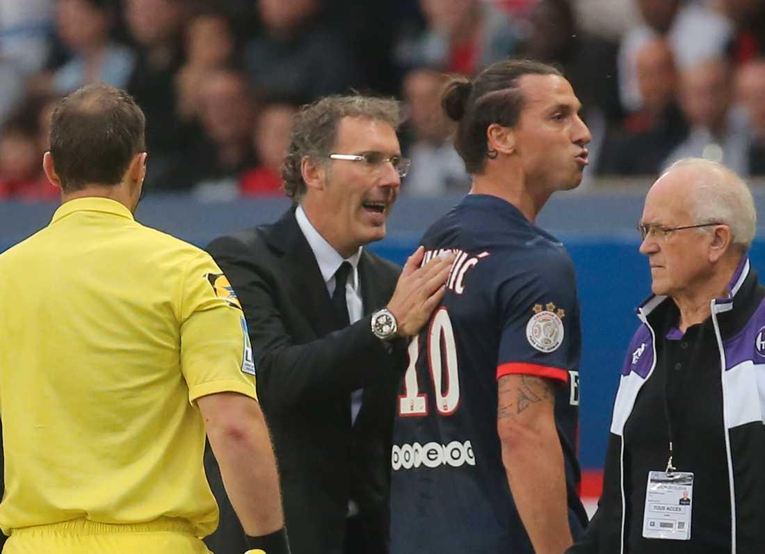 Laurent Blanc försöker lugna ner Zlatan Ibrahimovic.