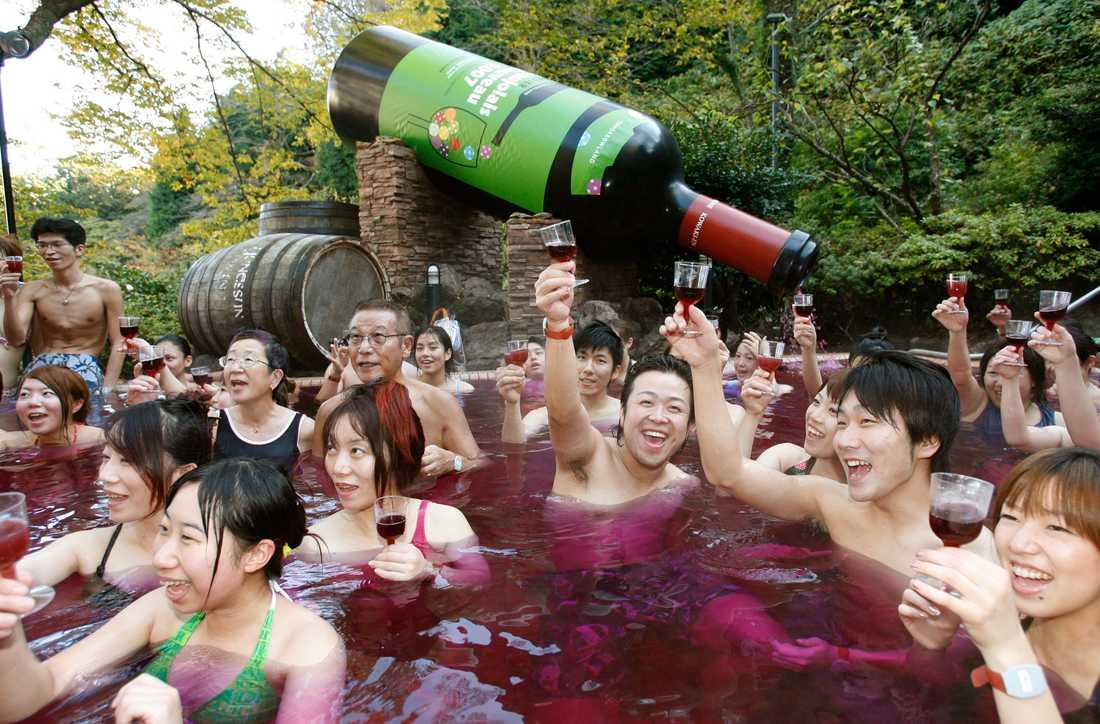 Ta ett dopp, och sen en klunk av badvattnet. Japanskt spa med udda innehåll.