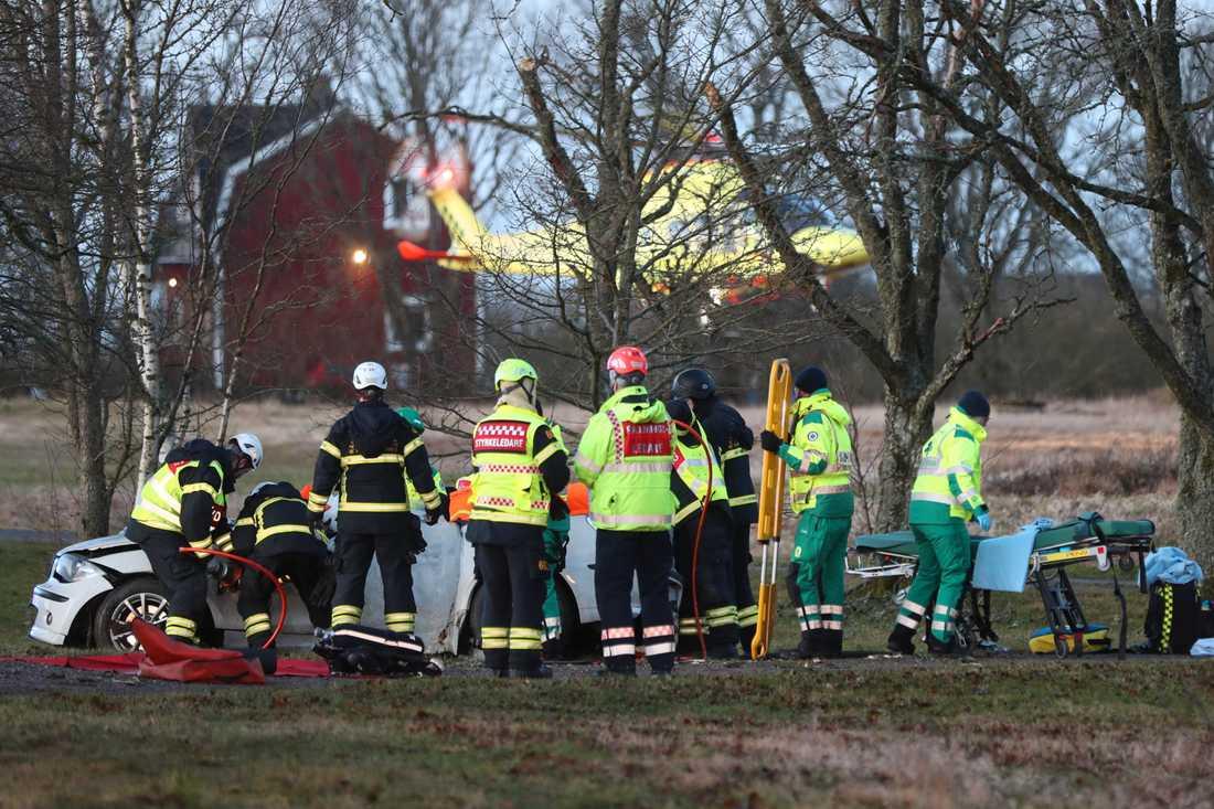 På länsväg 2602 utanför Lidköping fick en kvinna föras till sjukhus med ambulanshelikopter efter att ha kört av vägen.
