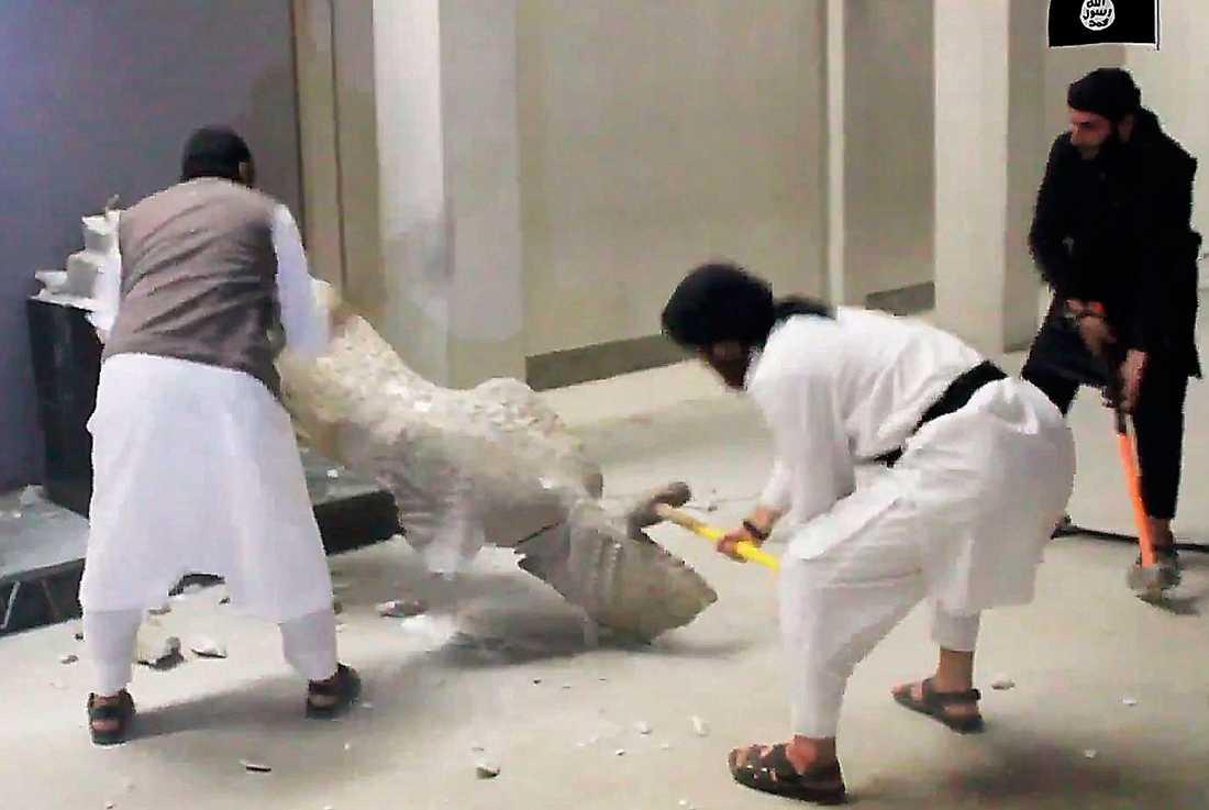 hårt slag för kulturarvet  Islamiska staten slår sönder tusenåriga statyer på museet i Mosul. Foto: AP