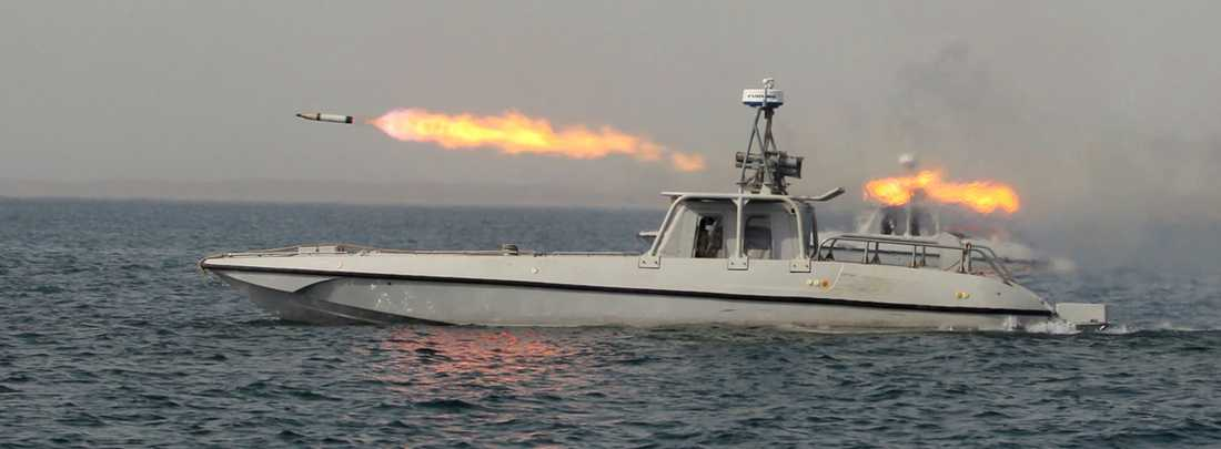 En raket avfyras från en iransk båt under krigsövningarna i persiska viken i går, 30 december.