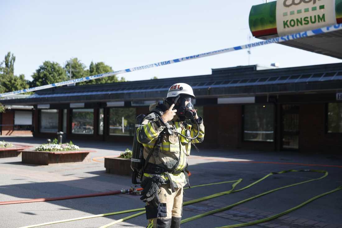 Elva enheter är på plats från tre stationer uppger Södertörns brandförsvarsförbund.