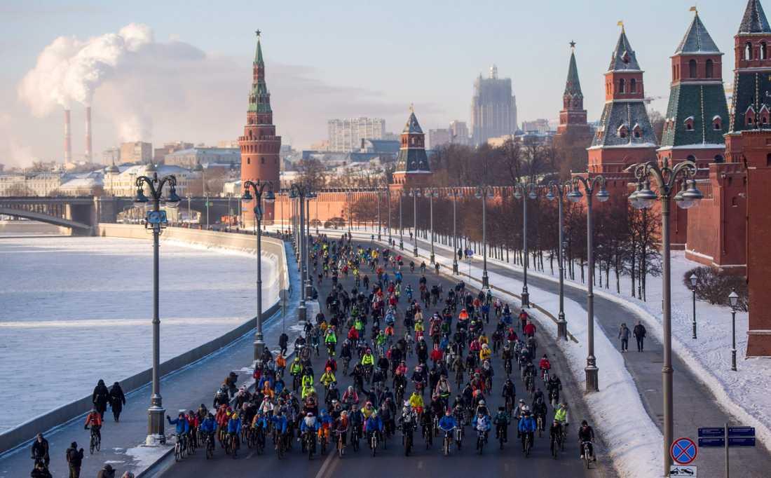 Cykelparad i ett kallt vinter-Moskva.