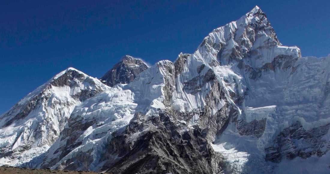 Mount Everest är världens högsta berg och ligger på gränsen mellan Nepal och Tibet, Kina, i bergskedjan Himalaya och är 8 848 meter högt.