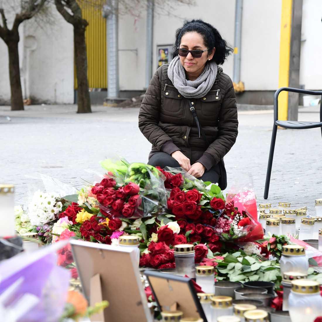 Många stannar till vid minnesplatsen för att hedra de döda. En av dem är 51-åriga Isabel Tapia, som bor i närheten.