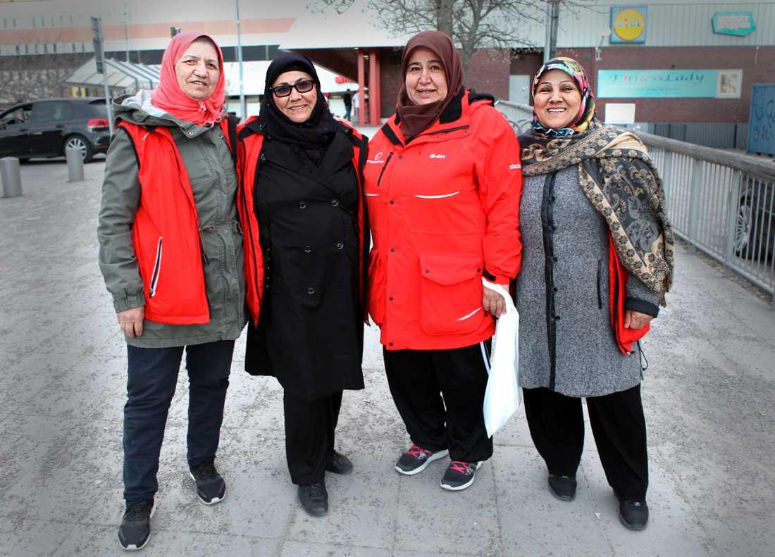 Varje fredag och lördag vandrar kvinnorna i Fittja för att prata med ungdomar och skapa trygghet.