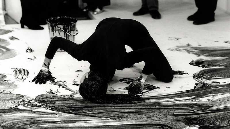 "Janine Antoni, dokumentation över performance ""Loving Care"", 1993."
