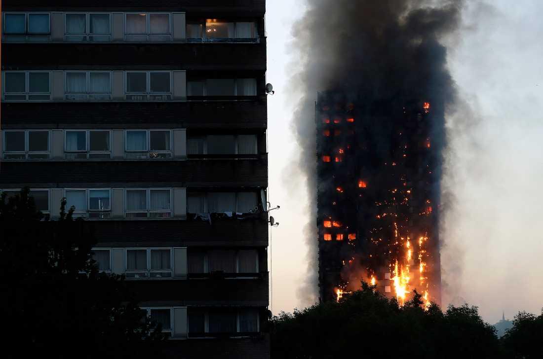 Grenfell Tower i  London brinner.