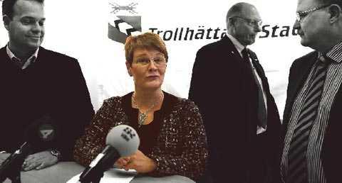 TITTAR PÅ Näringsminister Maud Olofsson besökte Saab i Trollhättan tidigare i år tillsammans med arbetsmarknadsminister Sven-Otto Littorin. Till skillnad från till exempel USA och Tyskland så ser Sveriges regering bara på medan industrin görs om. Foto: THOMAS JOHANSSON Obs! Denna bild är manipulerad.
