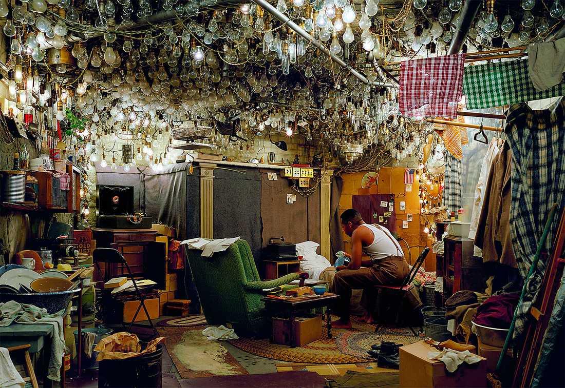 "Jeff Wall, "" Efter Ínvisible Man´av Ralph Ellison, Prologen"". Courtesy Jeff Wall © Jeff Wall"