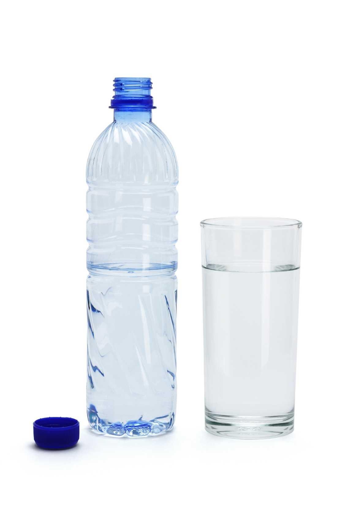 """8. """"Det är farligt att dricka mycket vatten"""" Sant Om man dricker för mycket vatten kan man drabbas av något som kallas hyponatremi, en obalans av kalium och natriumhalterna i kroppen som bland annat orsakar trötthet, förvirring och kramper – i värsta fall medvetslöshet. Att dricka när man är törstig är som regel alldeles tillräckligt. Din kropp kan tillgodogöra sig ungefär en liter vätska i timmen, inte mer."""