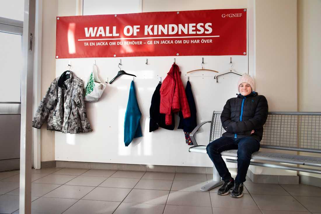 Andreas Magnusson tog konceptet Wall of kindness till Gagnef, där behövande kan ta ett klädesplagg.