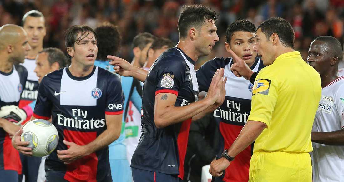 Thiago Silva och Thiago Motta konfronterar domaren Nicolas Rainville i mötet mot Ajaccio.