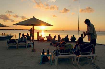På den långsmala ön Caye Caulker kan du se solen gå upp ur havet från ena sidan ön på morgonen, för att sedan avnjuta en fantastisk solnedgång med en drink i handen på någon strandbar på den andra sidan.