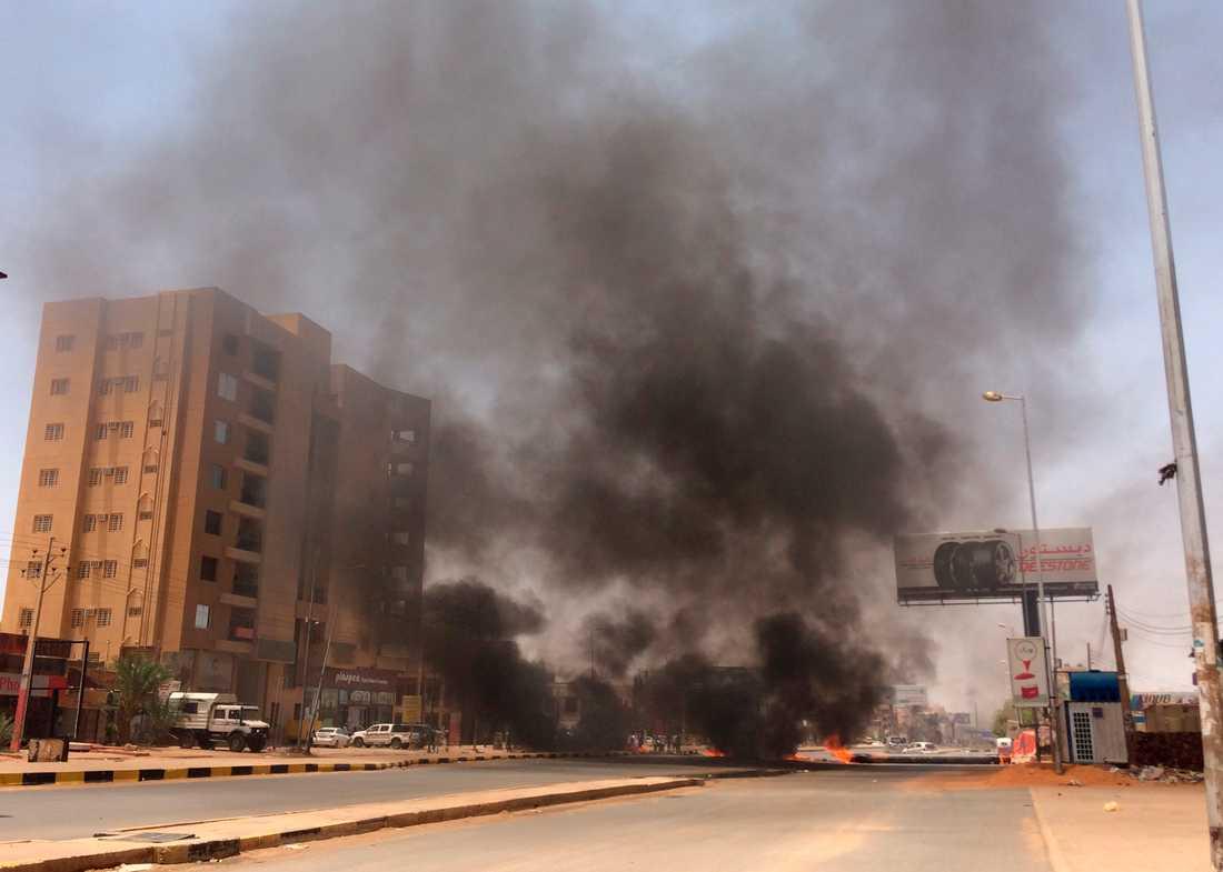 Svart rök stiger mot skyn utanför Khartums arméhögkvarter, samma dag som det dödliga ingripandet mot sittdemonstrationen. Arkivbild.