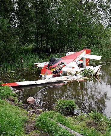 TUR I OTUREN Planet med den 30-åriga kvinnan kraschade precis i vattenbrynet utanför Vingåker. Kvinnan och piloten klarade sig undan med lättare skador.
