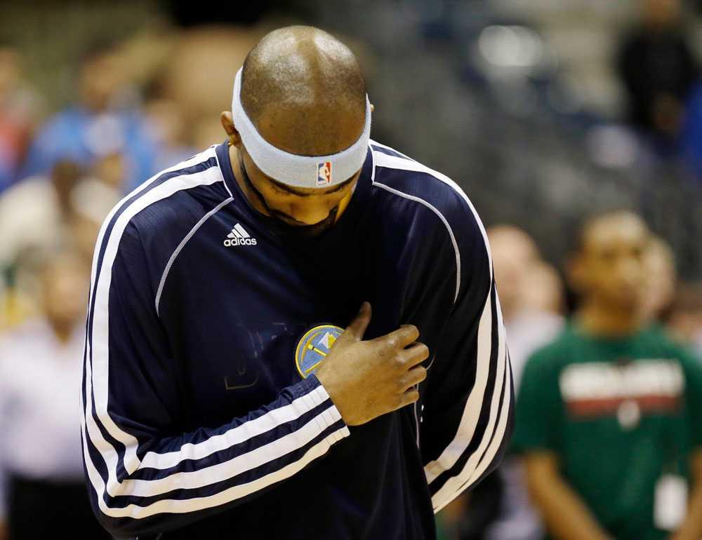 Denver Nuggets spelare Corey Brewer i en tyst minut före matchen mot Milwaukee Bucks