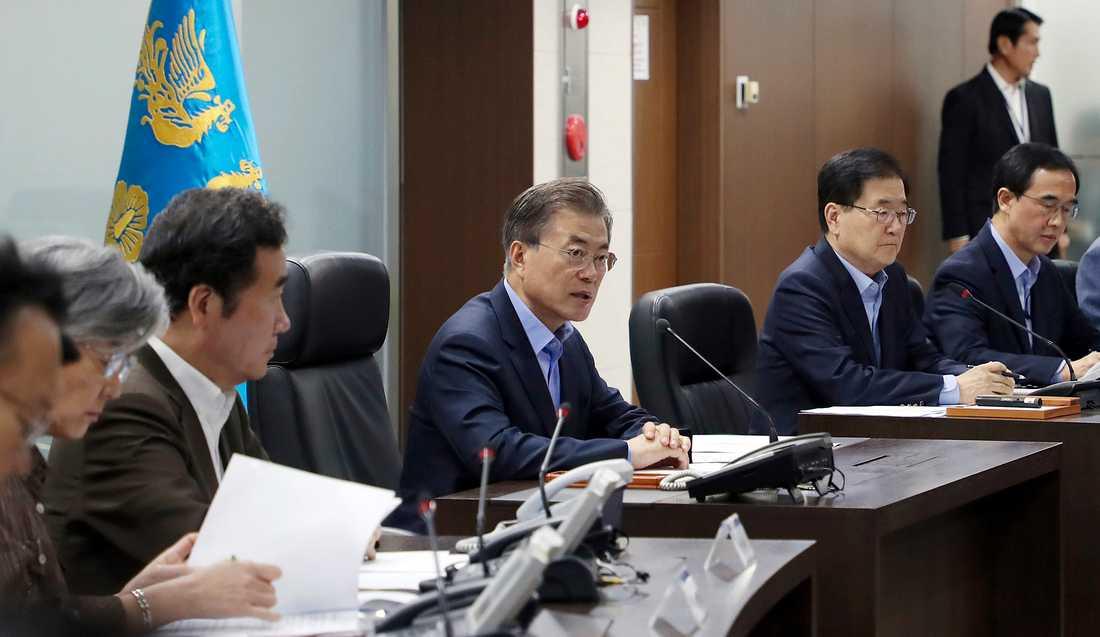 Sydkoreas President Moon Jae-in (mitten) träffar landets säkerhetsråd.