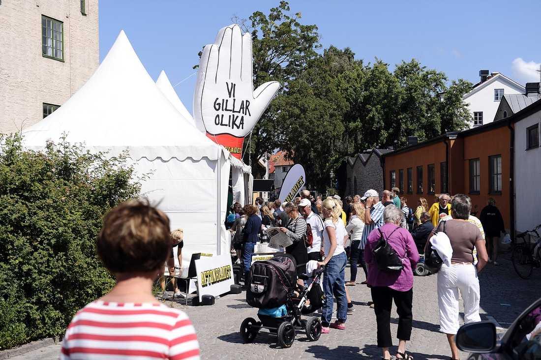 TYPISKT ... Trots att Aftonbladet tog med ett större tält än i fjol blev det snabbt fullt både inne i tältet – och ute på gatan. I tältet hålls varje dag lunchmöten där dagens parti diskuteras. Några av Sveriges ledande debattörer finns på plats. I tältet bjuds det också på gratis tidningar.