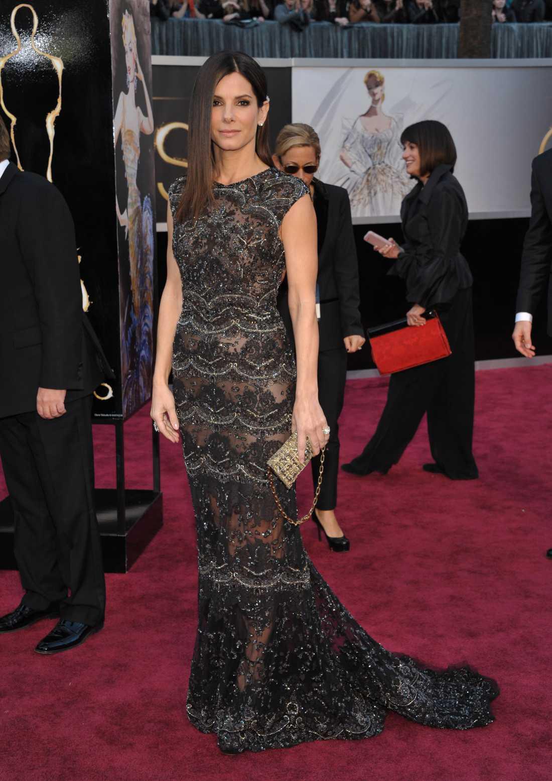 Sandra Bullock Så brutalsnyggt! Sandra är slående i Elie Saab, den där spetsen är briljant och hela klänningen andas SÅ mycket grace med stort G. Älskar det här! 5 plus.