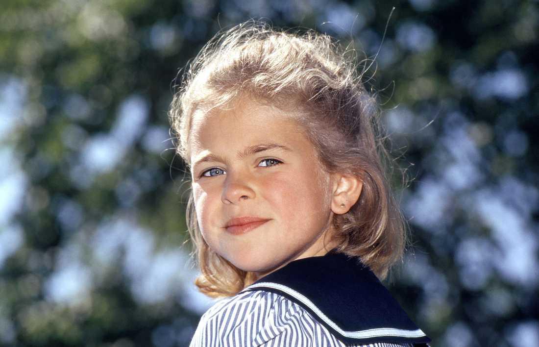 Sjömansprinsessa En åtta-årig prinsessa, i en sjömansklänning, ställer upp på en portträttbild.