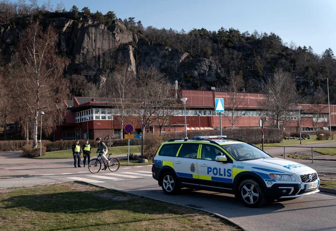 Lexbyskolan i Partille hölls stängd under måndagen sedan en hotfull lapp hittats i ett köpcentrum. Polisen har släppt en 19-årig man som medgett att han skrivit lappen.