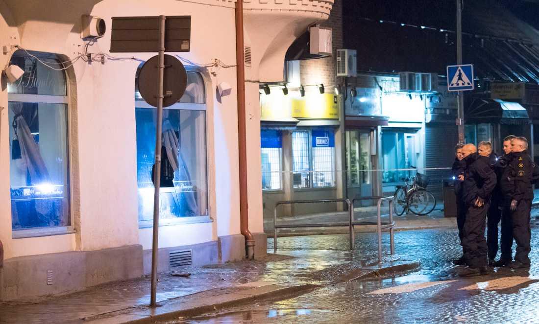 Ängelholm hösten 2017: Polisens bomb- och kriminaltekniker utanför nattklubben i centrala Ängelholm sedan mannen kastat in ett föremål i lokalerna. Arkivbild.