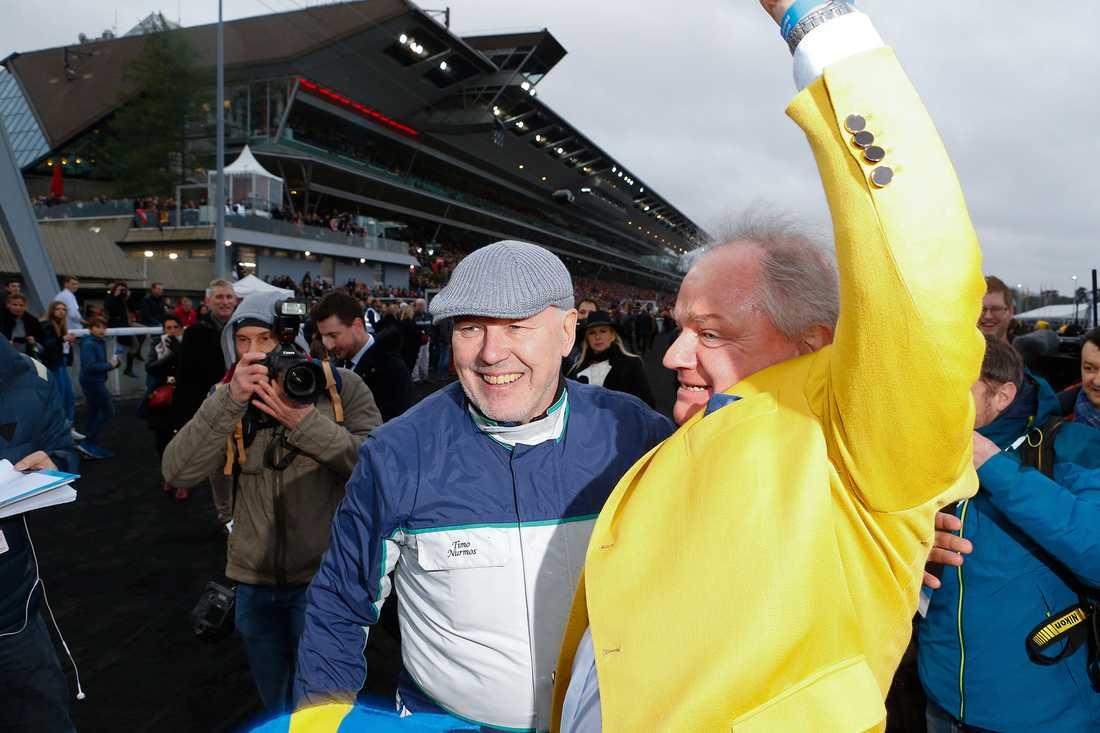 Readly Express ägaren Rolf Andersson i gul kavaj och tränaren Timo Nurmos jublar efter segern i Prix d'Amérique 2018. Nu siktas hästen mot Elitloppet.