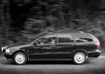Vanliga fel på Volvo V40:  Glappa spindelleder. Oljud i motorn och skrap i växellådan.  Krånglande centrallås.  Rost.  Bakljusen slocknar.