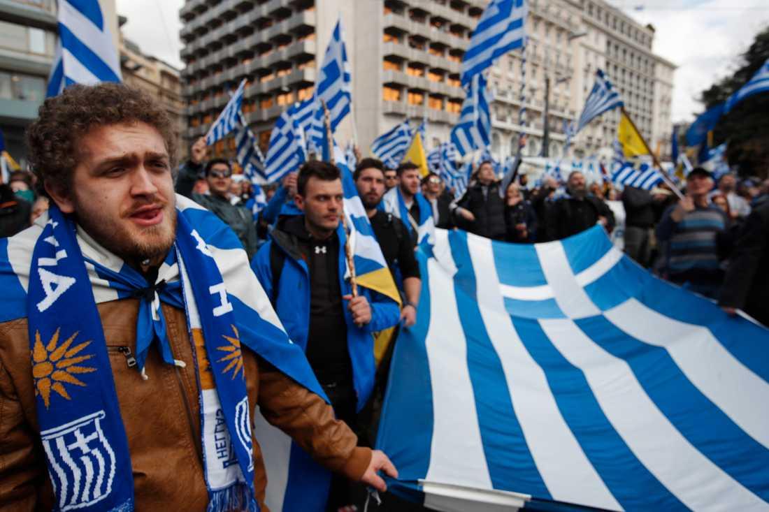 Tiotusentals människor gick ut på Atens gator i söndags i protest mot Makedoniens namnbyte som Greklands parlament ska rösta om under torsdagen.