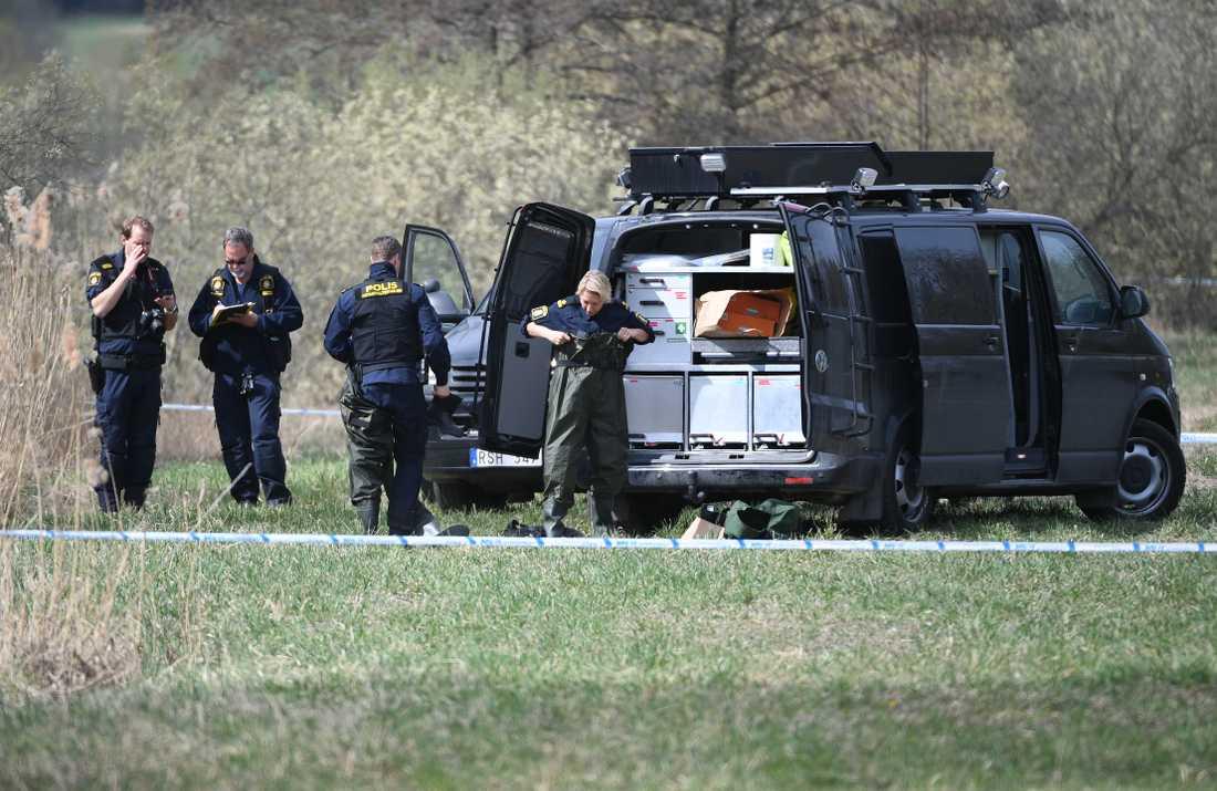En person har hittats död utomhus i Huddinge utanför Stockholm. Ärendet utreds som mord.