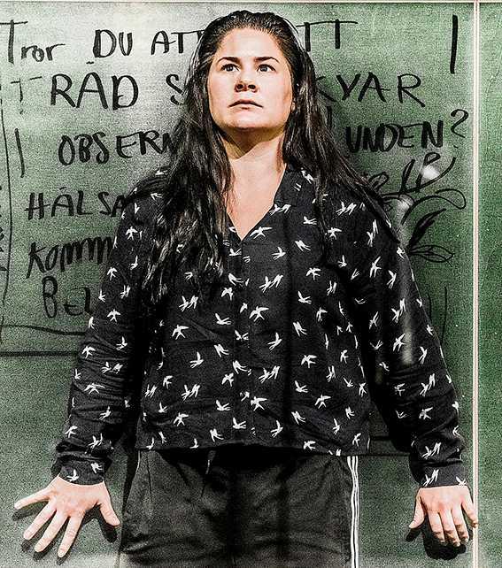 """Emma Broomé i dramatiseringen av Sara Stridsbergs """"Beckomberga"""" på Dramaten. Skildringar av mentalvården är en av årets litterära trender."""
