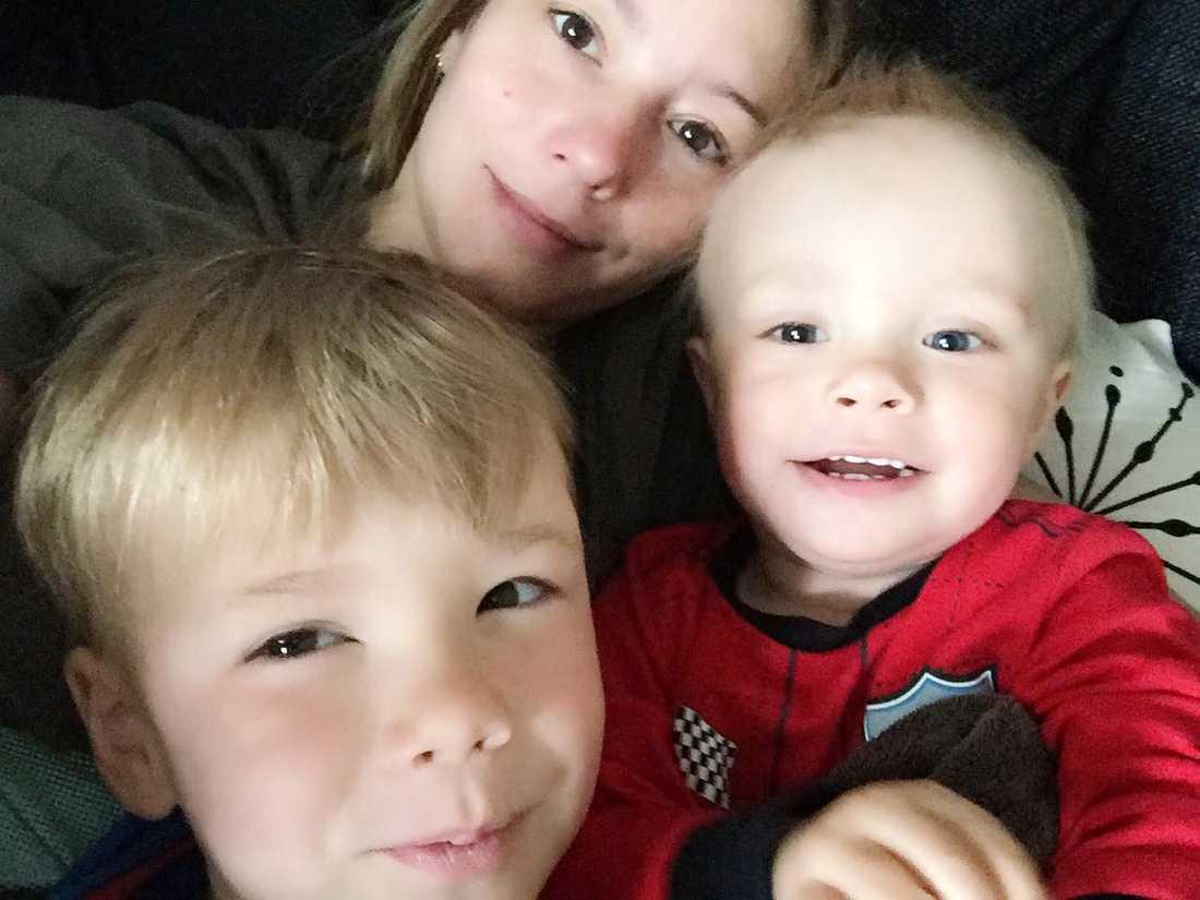 Malin Larsson med hennes två söner.